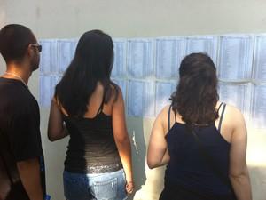 Candidados ao vestibular da UFRGS checam salas para a realizadação das provas (Foto: Rafaella Fraga/G1)