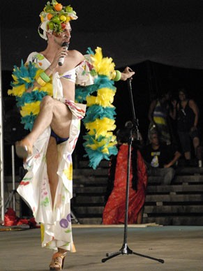 Estudante faz apresentação vestido como Carmen Miranda em Pernambuco (Foto: Divulgação/ Arquivos UNE)