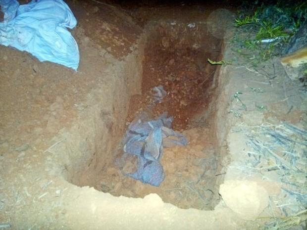 Segundo a PM a cova tinha cerca de 1 metro de profundidade por 1,80m de comprimento e 0,80cm de largura. (Foto: Divulgação/PM)