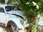 Motorista embriagado bate fusca em árvore e cinco ficam feridos no Oeste
