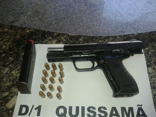 Arma apreendida em Quissamã (Foto: PM/Divulgação)