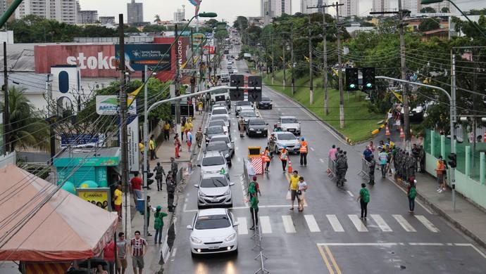 Trânsito na rua Pedro Teixeira, em Manaus (Foto: Hugo Crippa)