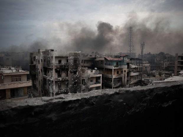 Neste domingo (18), aeronaves não identificadas lançaram mísseis sobre áreas controladas pelos rebeldes em Aleppo (Foto: Manu Brabo/AP)