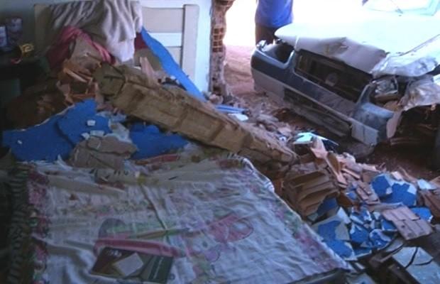 Carro invade casa e viga cai sobre cama, em Valparaíso de Goiás (Foto: Reprodução/TV Anhanguera)