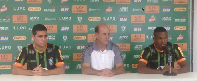 Henrique e Alan Mineiro, meias do América-MG (Foto: Leandro Pacheco / TV Globo Minas)