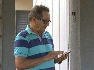 Edmilson diz que não consegue telefonar com o celular (Foto: Reprodução/ TV TEM)