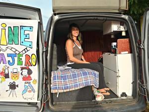 Maria Marta Rizzo, de 35 anos, saiu de casa há dois anos e percorre o mundo de carro fazendo mostra de filmes e buscando métodos educacionais alternativos (Foto: Quésia Melo/G1)