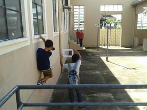 Alunos do ensino fundamental em oficina na Escola Barão do Solimões (Foto: Jussara Assmann/Divulgação)