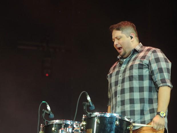 Fernandinho toca percussão durante seu show no Festival Promessas 2012 (Foto: Flavio Moraes/G1)