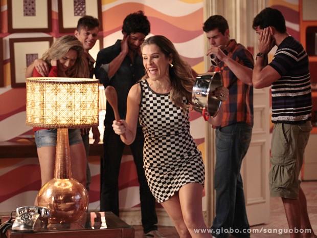 Tina chega a-pa-vo-ran-do no reality show! Alguém acode! (Foto: Pedro Curi/TV Globo)