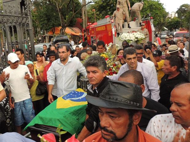 Multidão acompanhou o enterro de Arlindos dos 8 Baixos no Recife (Foto: Priscila Miranda / G1)