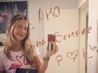 Luana Piovani mostra declaração de amor de Pedro Scooby em espelho
