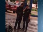 Jovem é preso suspeito de se passar por policial para tentar assaltar posto
