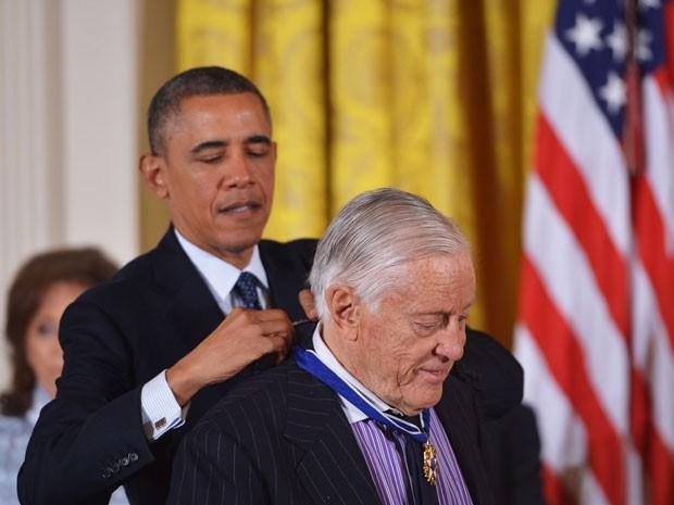 O presidente dos EUA, Barack Obama, entrega a Medalha Presidencial da Liberdade a Benjamin C. Bradlee em cerimônia na Casa Branca, em 20 de novembro de 2013 (Foto: AFP Photo/Mandel Ngan)