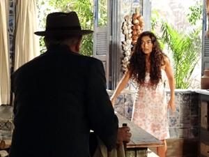 Gabriela leva um susto ao ver o coronel (Foto: Gabriela / TV Globo)