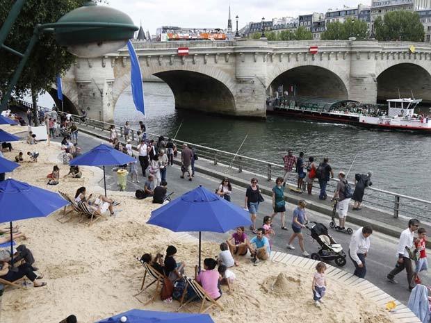 Turistas e moradores de Paris ralaxam em praia inaugurada às margens do rio Sena nesta segunda-feira (20)  (Foto: REUTERS/Charles Platiau)