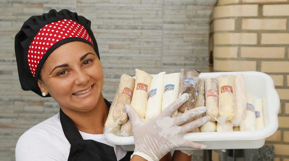 Ana Carolina Alves, de 32 anos, que está empreendendo em sacolés (Foto: Roberto Moreyra)