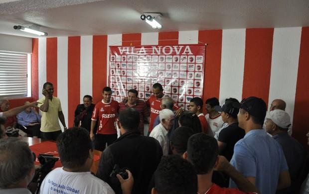 Robston e Felipe Brisola são aclamados pela torcida do Vila Nova (Foto: Guilherme Gonçalves/Globoesporte.com)