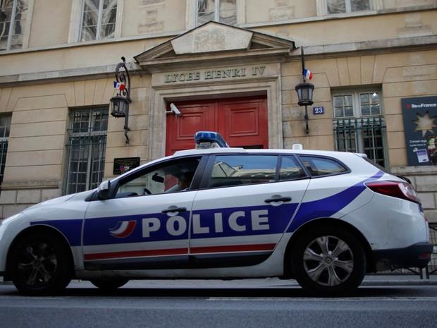 Carro de polícia em frente ao Lycee Henri IV, uma das escolas esvaziadas após ameaças falsas de bombas em Paris no dia 26 de janeiro de 2016 (Foto: Christian Hartmann/Reuters)