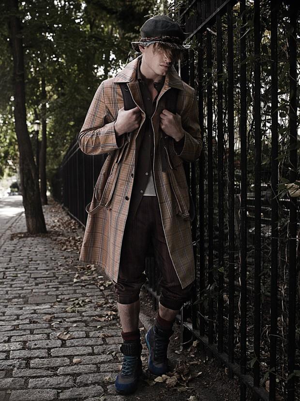 Casaco e camisa Ermenegildo Zegna Couture | Regata  Louis Vuitton | Calça, meias e tênis  Bottega Veneta |  Chapéu Acervo  (Foto: Joshua Jordan)