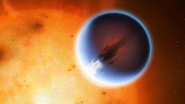 Uma ilustração do HD 189733b, um dos exoplanetas mais estudados pelos astrônomos (Foto: Universidade de Warwick/Divulgação)