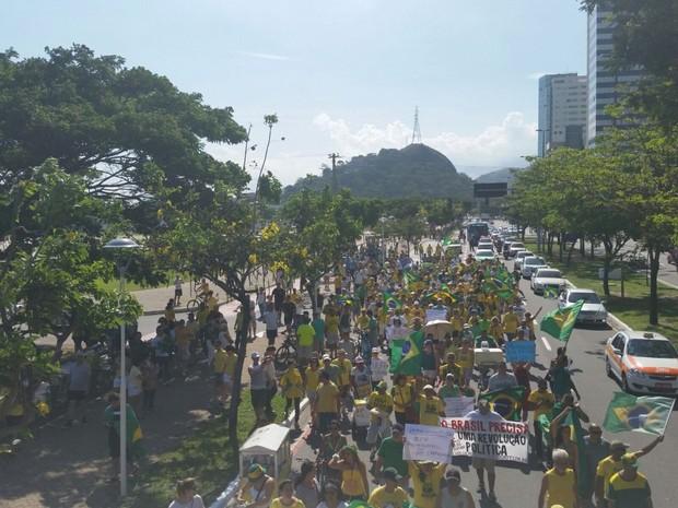 Grupo segue para a orla de Camburi, em Vitória (Foto: Letícia Gonçalves/ A Gazeta)