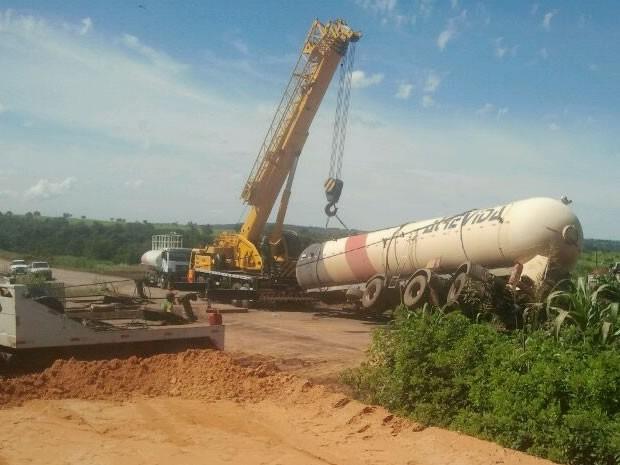 Caminhão com carga de gás foi retirado na manhã desta quinta-feira (6) (Foto: Assessoria/ PRF-MT)