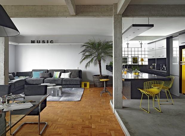"""O arquiteto Diogo Oliva queria um apartamento todo integrado, porque acredita na importância de expor as verdades da casa. """"Cozinha não deve ser escondida. Existe sujeira, existe louça. Faz parte"""", diz (Foto: Victor Affaro/Casa e Jardim)"""