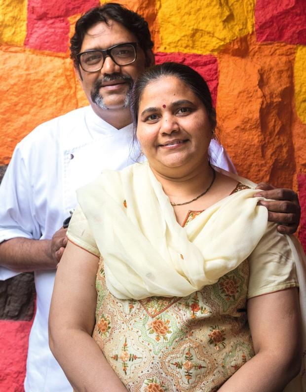 O casal Vijay e Deepali Bavaskar (Foto: Alexandre Disaro /  Editora Globo)