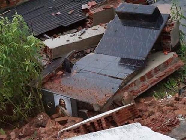 Túmulo se misturaram em meio aos destroços em Maria da Fé (MG) (Foto: Hélio Fortunato)