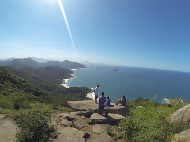 Visitantes em mirante da Pedra do Telégrafo se chama Pedra do Cavalo (Foto: Lívia Torres / G1)