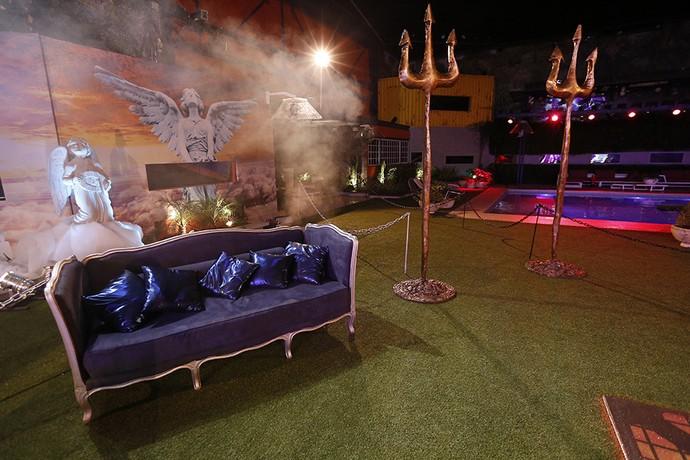 Um luxo esse sofá preto no gramado, não? (Foto: Raphael Dias/Gshow)