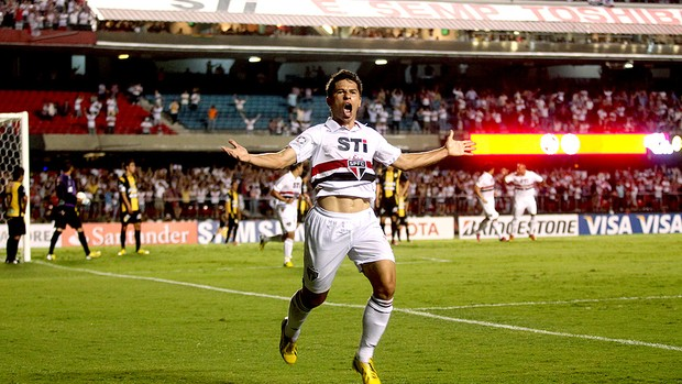 Osvaldo comemora gol do São Paulo contra o The Strongest (Foto: Andre Penner / AP)