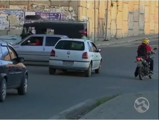 Cinegrafista registra caos em cruzamento (Foto: Reprodução/ TV Asa Branca)