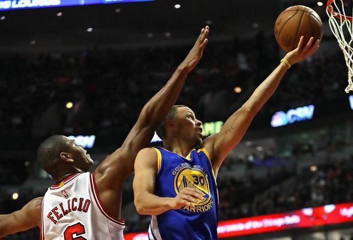 Cristiano Felício tenta o toco em Stephen Curry na vitória dos Bulls (Foto: Getty Images)