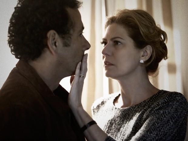 Angela fica impressionada com a emoção de Pedroso (Foto: Fábio Rocha / TV Globo)