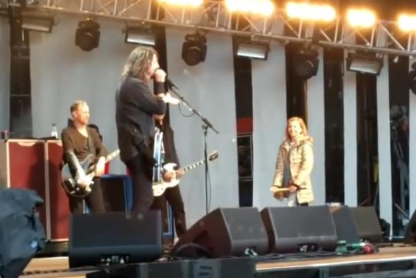 O músico Dave Grohl recebe a filha de oito anos no palco de um show (Foto: Reprodução/YouTube)