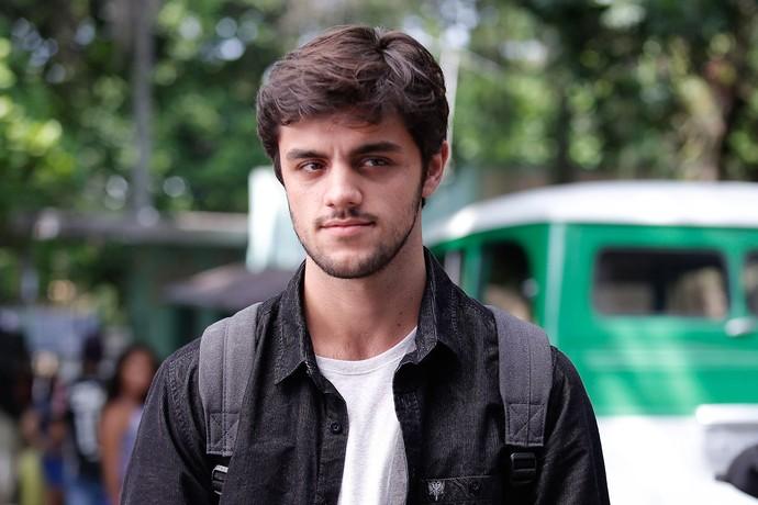 Felipe Simas também fez parte de cenas gravadas na Zona Oeste do Rio de Janeiro (Foto: Gshow / Pedro Carrilho)