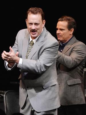 O ator Tom Hanks na noite de estreia de sua primeira peça na Broadway, 'Lucky guy'; ao lado, o ator Peter Scolari (Foto:  Stephen Lovekin/Getty Images/AFP )