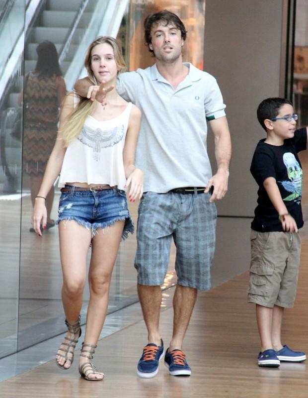 Amigos? Acompanhado, Kayky Brito vai às compras em shopping do Rio