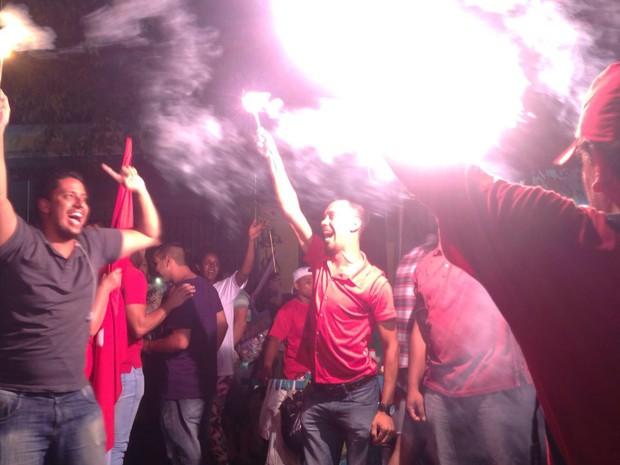Militantes do PT comemoram com sinalizadores após discurso de Lula em ato em São Paulo (Foto: Glauco Araújo/G1)
