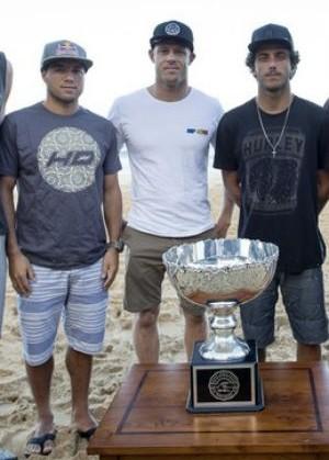 Adriano de Souza Mineirinho, Fanning, Filipe Toledo Filipinho troféu Pipeline surfe (Foto: Divulgação/WSL)