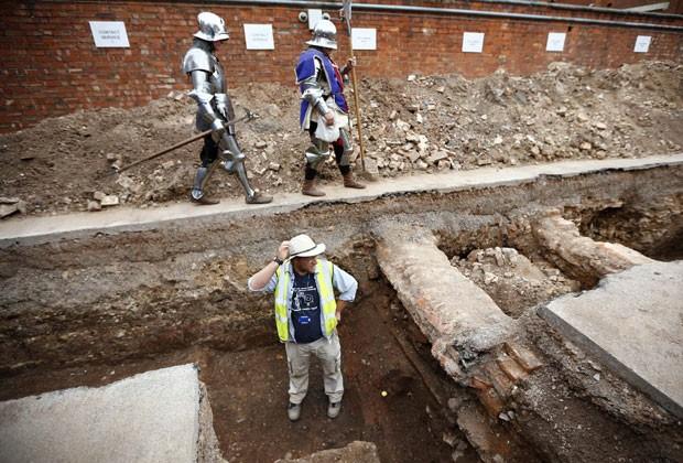 Arqueologistas trabalham em local onde esqueleto foi encontrado em Leicester (Foto: Darren Staples/Reuters)