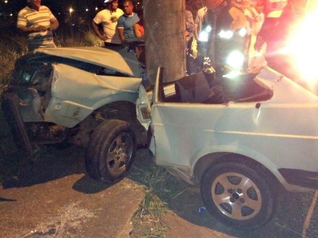 Condutor colidiu com poste na avenida Mascarenhas de Moraes. (Foto: Érick Machado / TV Morena)