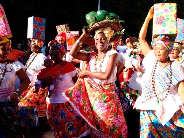 Ganhadeiras de Itapuã desfilam no Fuzuê (Foto: Henrique Mendes/G1)