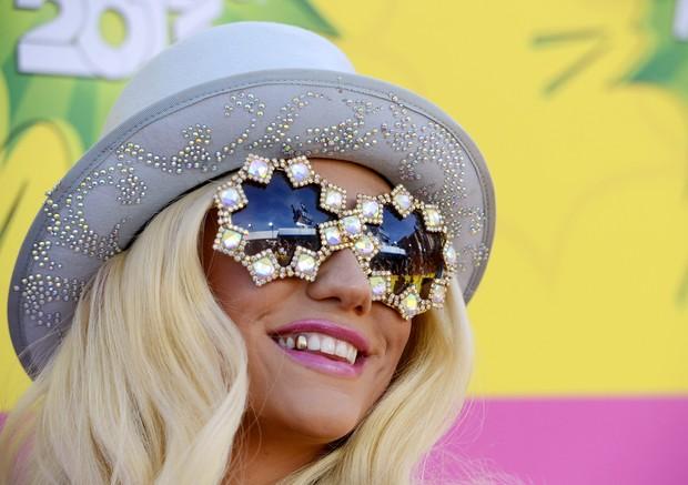 Ke$ha chegou com óculos estiloso (Foto: REUTERS/Phil McCarten)