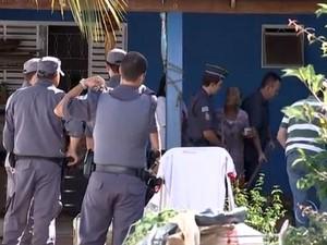 Polícia Ambiental encontra cães famintos em casa de Rio Preto (Foto: Reprodução/TV TEM)