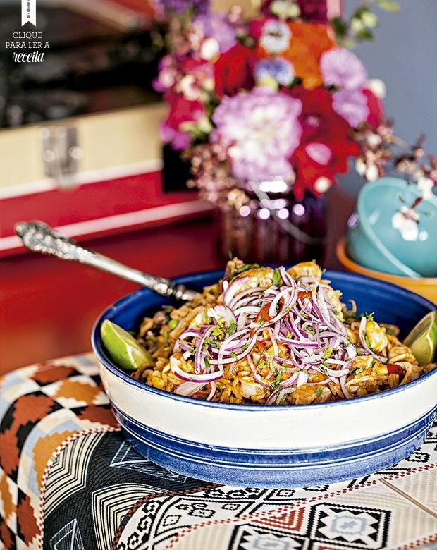 O arroz com frutos do mar da chef Marisabel é servido com salsa criolla: tirinhas de cebola roxa bem temperadas. Travessa e bowls de cerâmica Olaria Paulistana, jogo americano Karsten (Foto: Elisa Correa/Editora Globo)