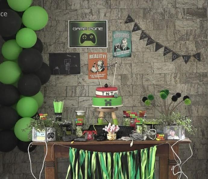 Mesa de aniversário toda decorada e pronta para a festa (Foto: TV Globo)