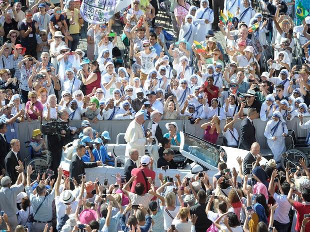 Papa acena durante audiência com voluntários no Vaticano, neste sábado (3) (Foto: Divulgação/ Osservatore Romano)